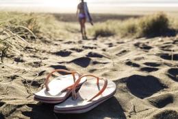 beach-thongs-36077345