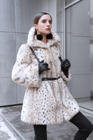 beautiful-business-woman-in-a-fur-coat-on-a-background-of-office-on-the-street-84941866