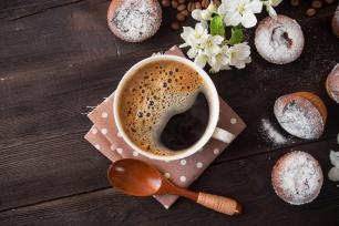 coffee-cup-tasty-seedcake-and-flower-71215979