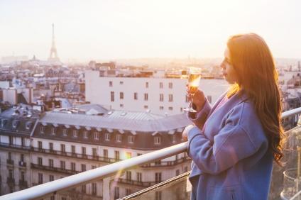 woman-in-luxury-restaurant-in-paris-71981530